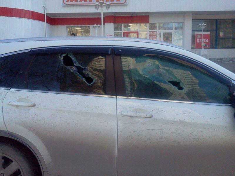 Женщине разбили стекла за парковку на тротуаре