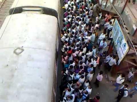 Кто успел, тот и сел. Самый обычный день на железнодорожной станции Индии