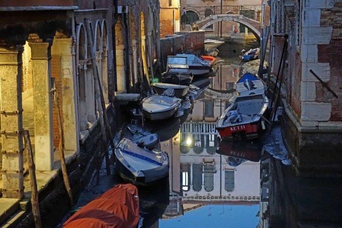 Венеция пересохла: шокированных туристов встретили каналы без воды