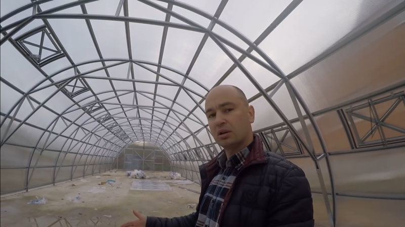 Мужик переехал из Москвы в деревню, чтобы кормить свою семью здоровой пищей