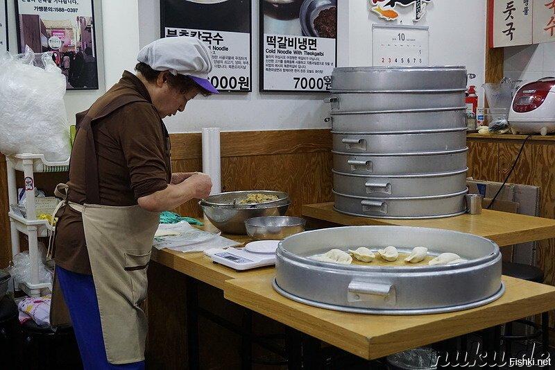В корейском ресторане, специализирующемся на пельменях и подобных блюдах