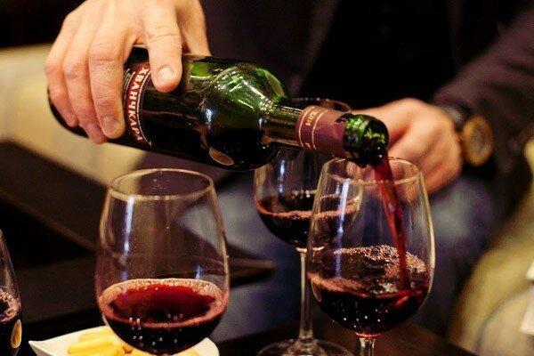 "Каждому туристу  вручать бутылку вина , вместо  ""туристического сбора"""