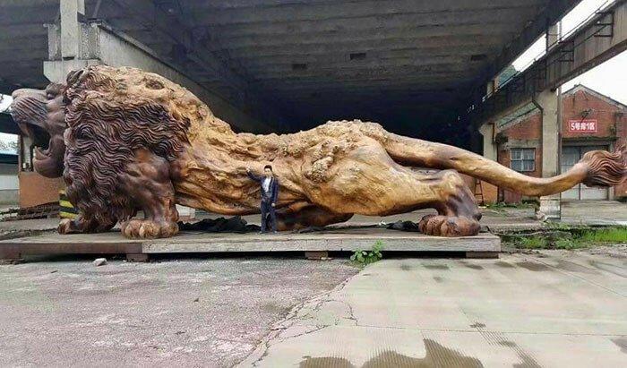 Гигантский лев из ствола дерева