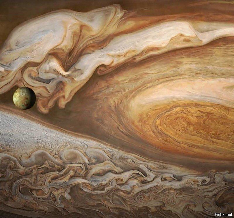 Ио на фоне Юпитера