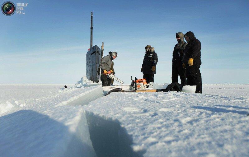 Американская субмарина примёрзла к арктическим льдам