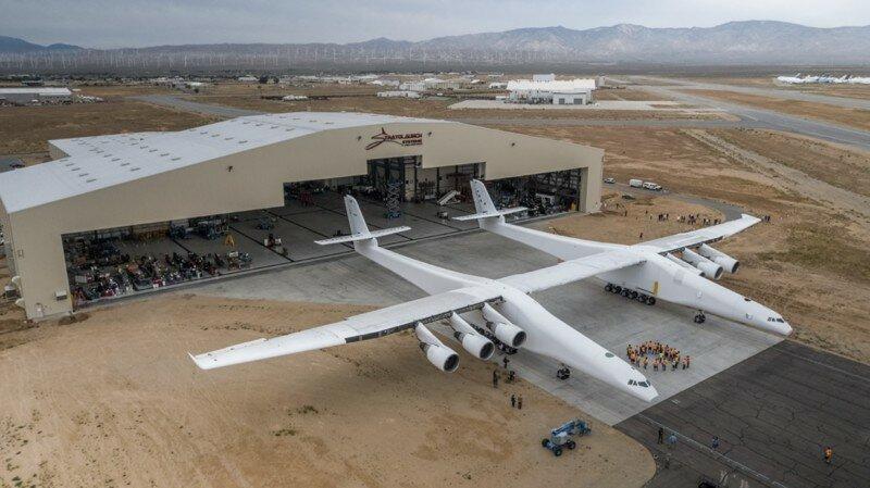 Выкачен самый большой самолет в мире