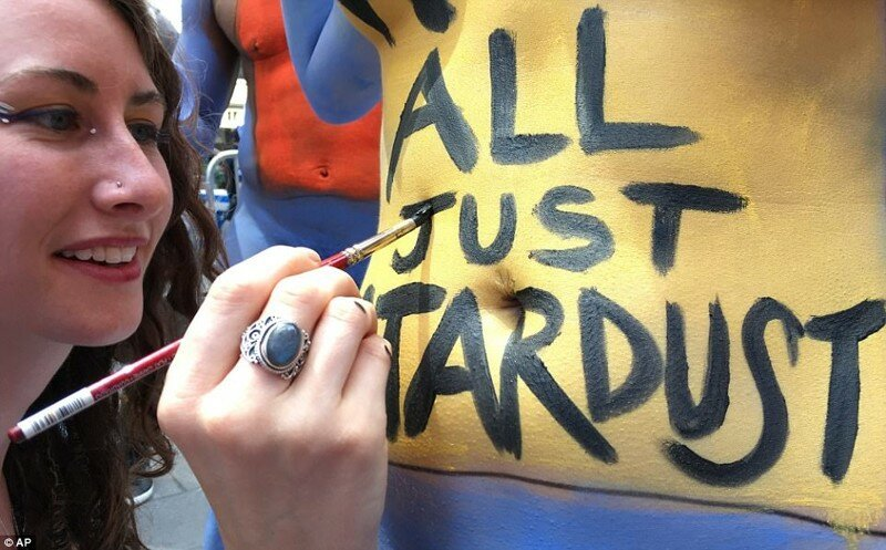 200 обнаженных участников акции позировали в центре Нью-Йорка
