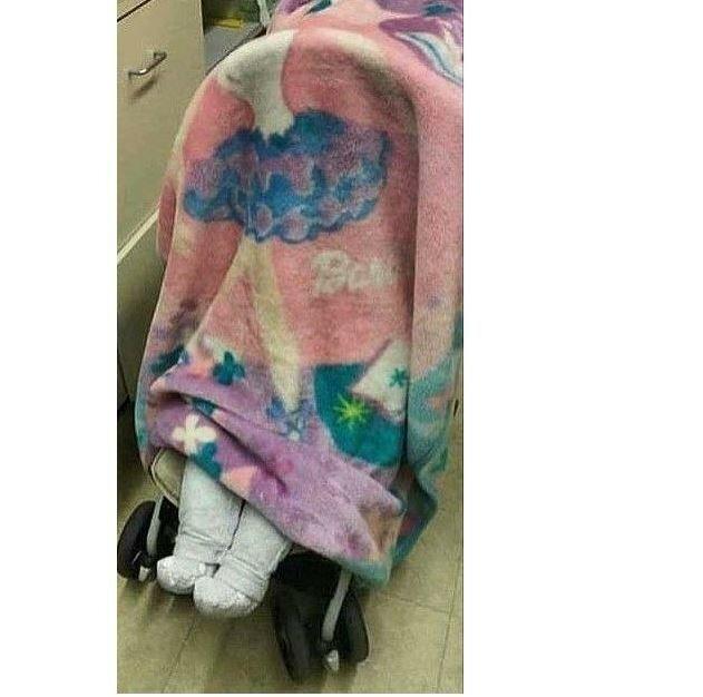 В коляске у подозрительной покупательницы мирно спал ребенок