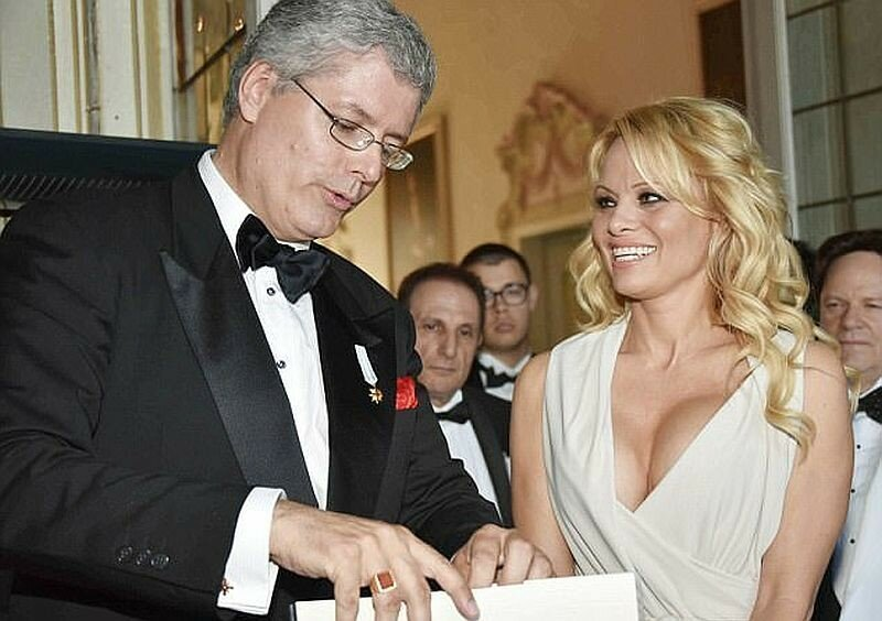 Лжепринц, присвоивший Памеле Андерсон титул графини, арестован за аферу