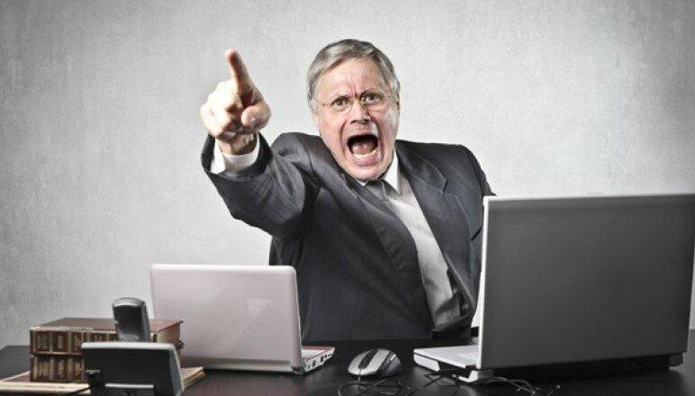 Новый генеральный директор пытается показать себя, уволив кого-то. Вот так погорячился!