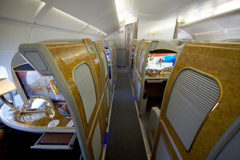 Пассажир рейса Emirates заснял, как стюардесса сливает не выпитое шампанское обратно в бутылку
