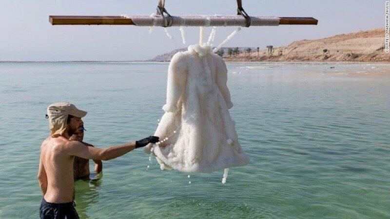 За два года в Мертвом море свадебное платье превратилось в произведение искусства