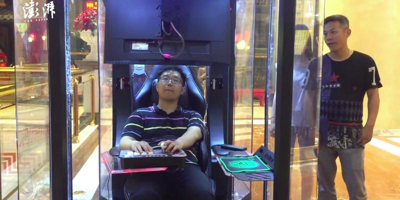 Китайский торговый центр установил кабинки для скучающих на шопинге мужей