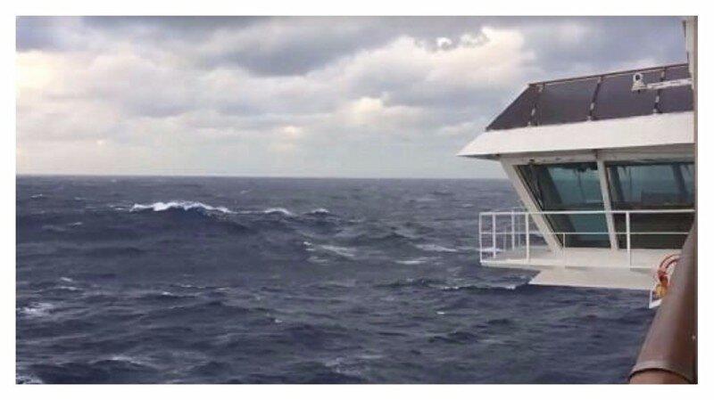 Круизный корабль попал в шторм: фотографии очевидцев