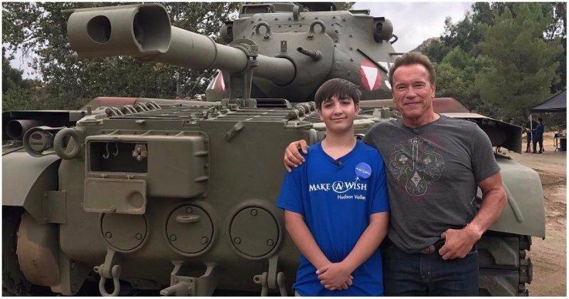 Арнольд Шварценеггер осуществил мечту 15-летнего поклонника, покатав его на личном танке