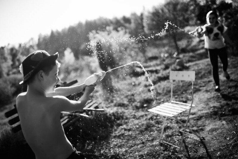 Летние каникулы без гаджетов: дети на черно-белых фото