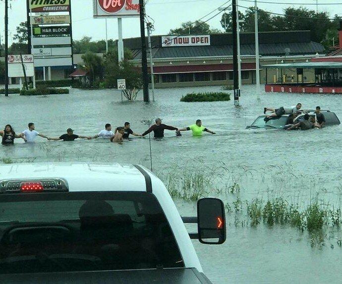 Живая цепь в Хьюстоне, которая укрепит вашу веру в человечество