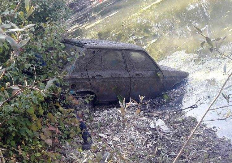 На дне пруда во Франции спустя 38 лет нашли угнанный Peugeot