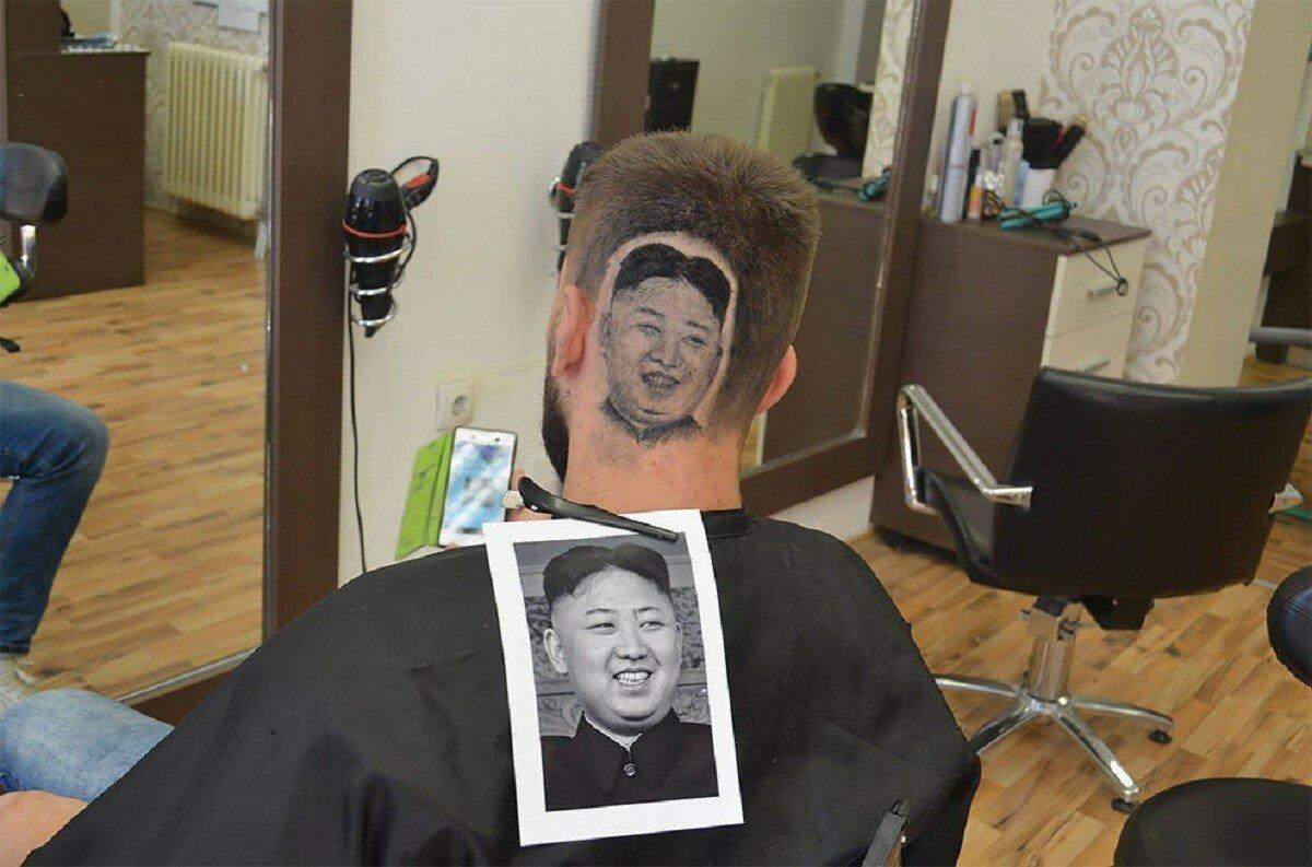 Парикмахер выстригает портреты знаменитостей на головах клиентов