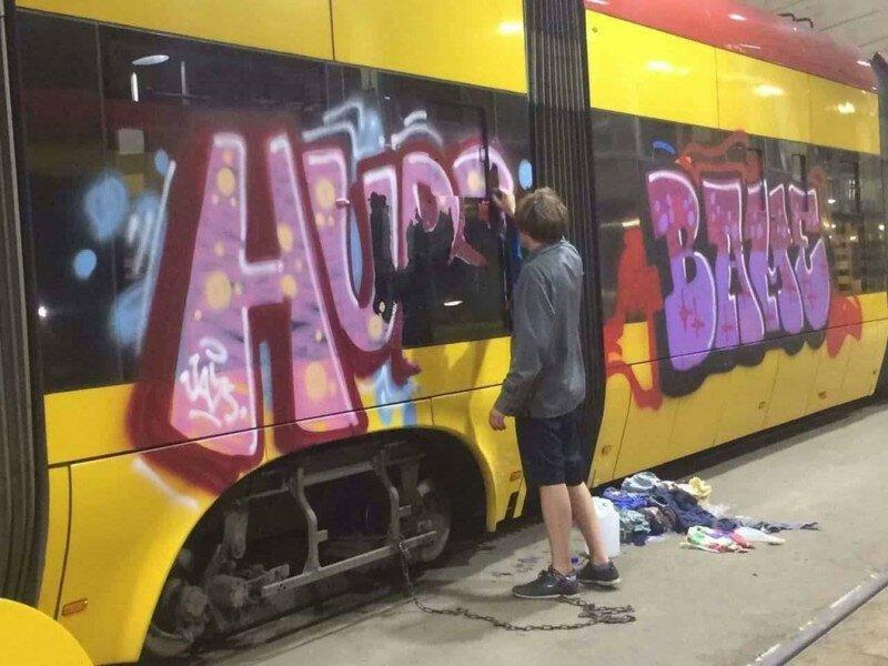 Прикованный цепью украинец девять часов смывал свои художества на трамвае в Варшаве