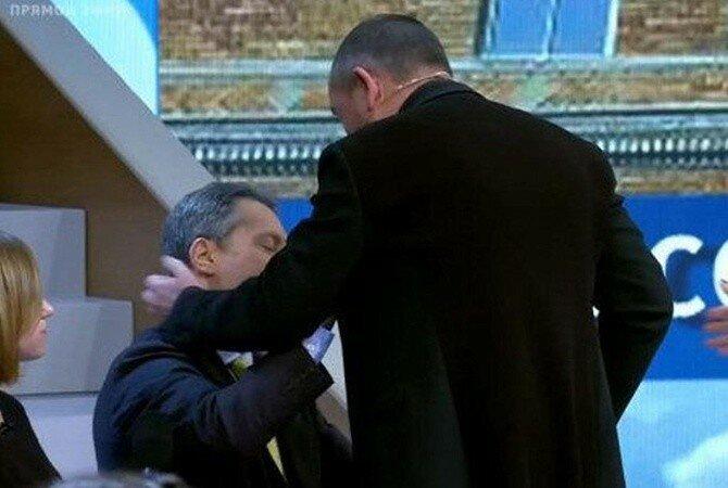 Российский телеведущий в прямом эфире набросился на американца