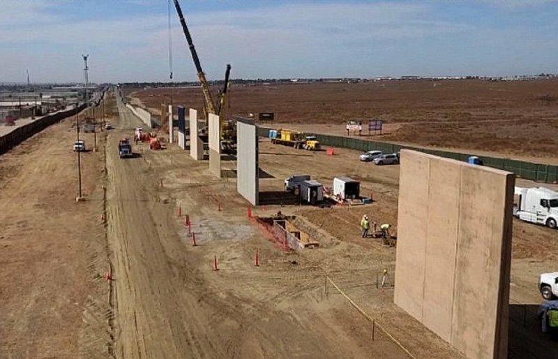 Восемь образчиков пограничной стены встали между США и Мексикой