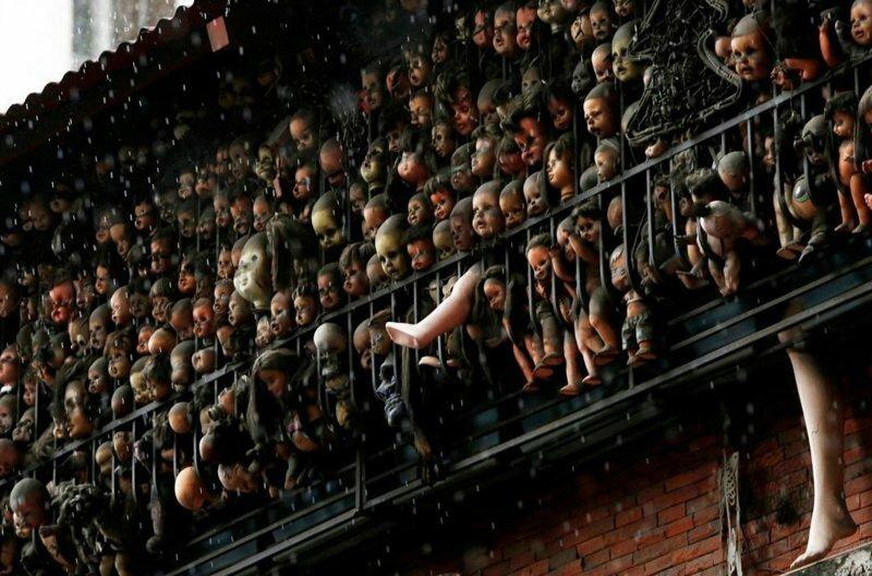 Жуткая коллекция кукол на балконе Этаниса Гонсалеса в Каракасе