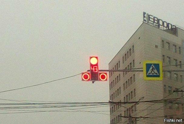 новый светофор «эротической формы» в центре города Красноярска