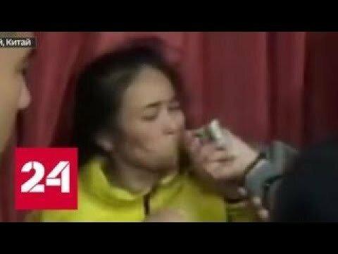 В Китае разгневанные родители заставили воспитательницу детского сада есть васаби