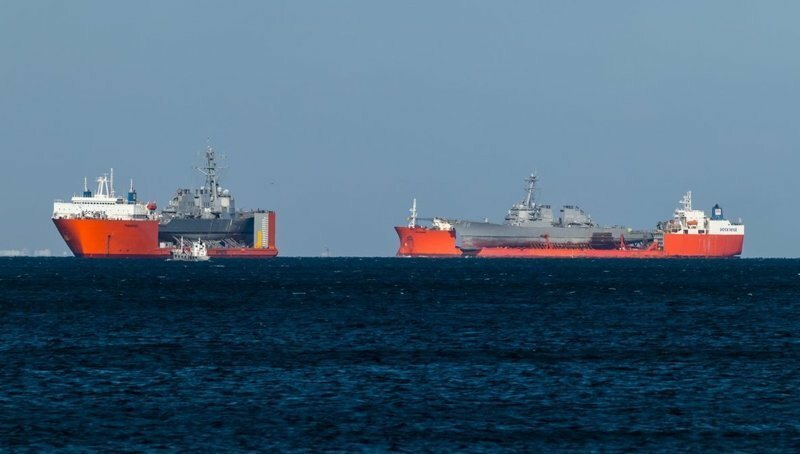 Как перевозят повреждённые военные корабли
