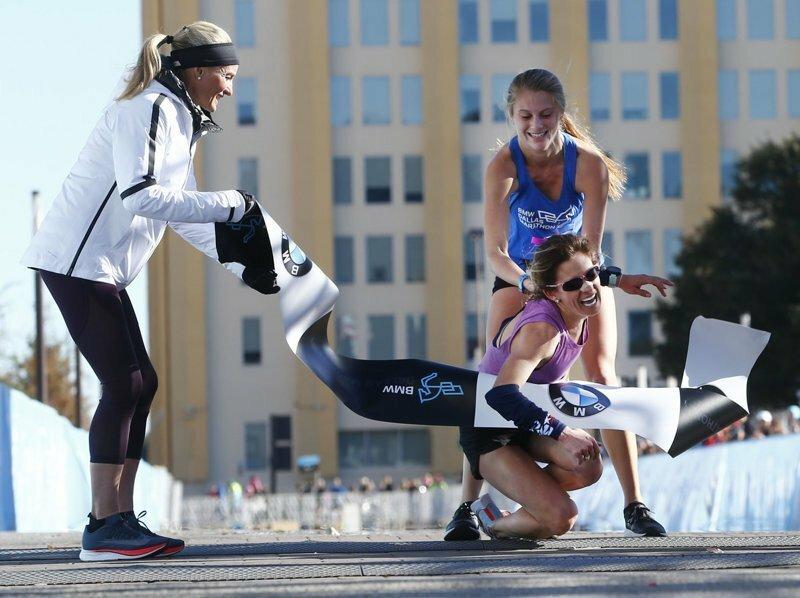 Бегунья помогла упавшей сопернице занять первое место