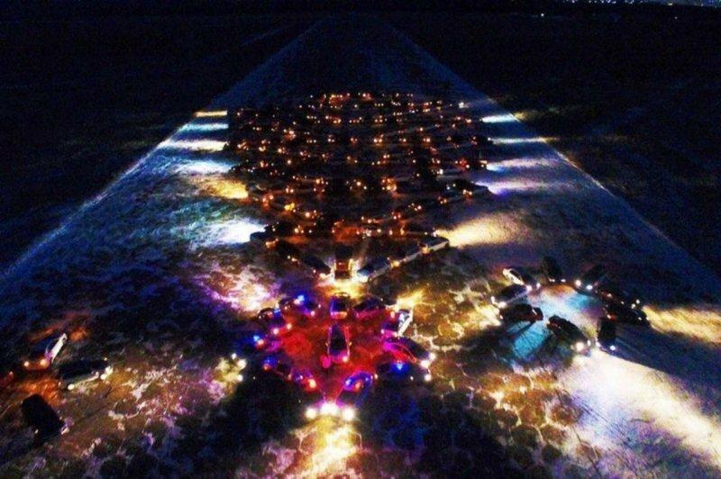 Флешмоб в Чите: новогодняя ёлка из автомобилей