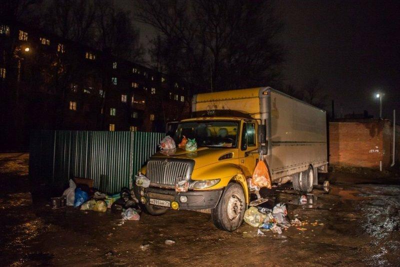 В Туле закидали грузовик мусором.  Месть за хамскую парковку