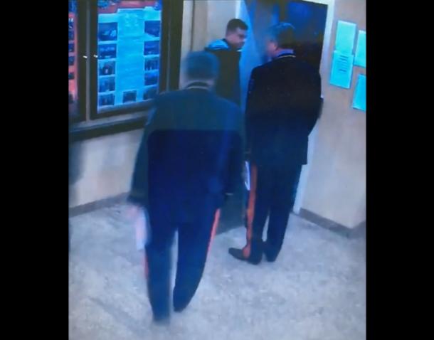 Следователю объявили выговор за то, что он не пропустил в лифт генералов
