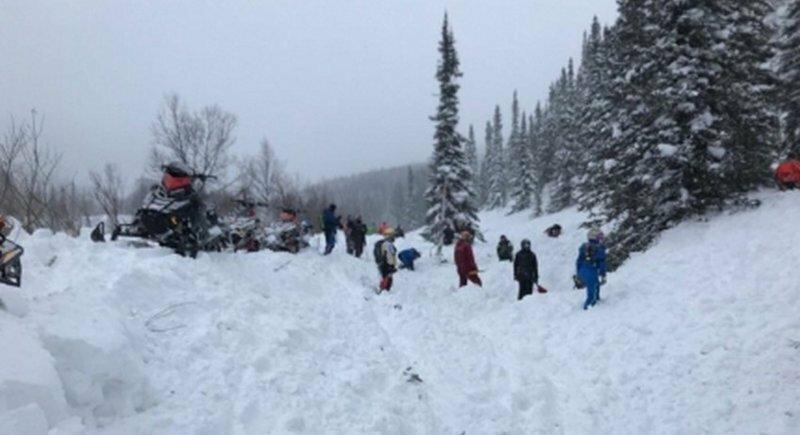 Турист спас четверых товарищей, оказавшихся под снежной лавиной в горах Хакасии