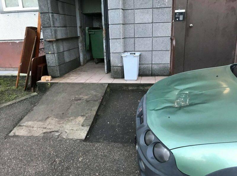 Наказание кирпичом за неправильную парковку в Латвии