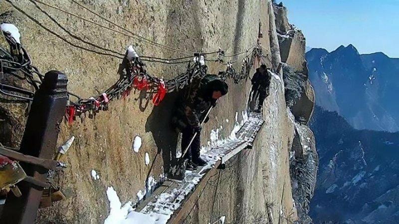 Как китайцы чистят от снега опаснейшую туристическую тропу Земли