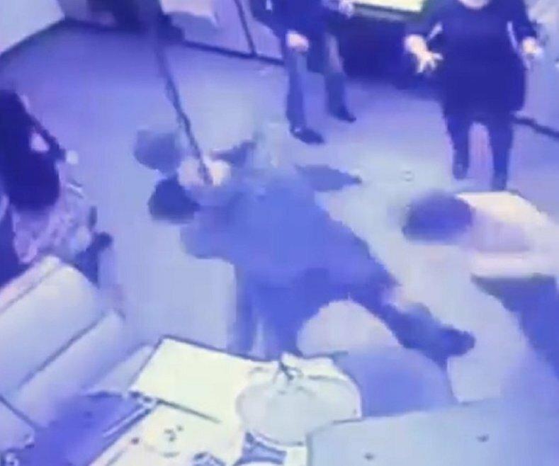 Замначальника СК избил посетителя караоке за неугодную песню
