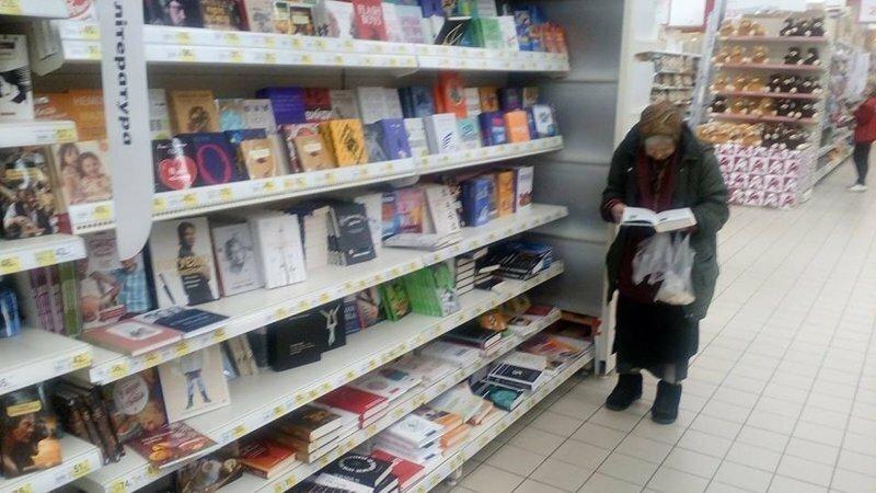 Для читающей бабушки в супермаркете поставили собственный диванчик