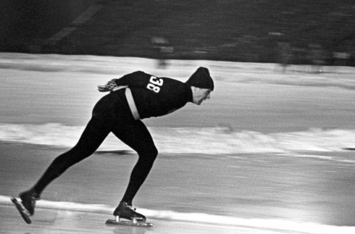 Конькобежец Виктор Косичкин в женских колготках и свитере, 1960 год, Скво–Велли, США