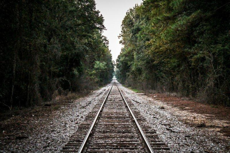 Железная дорога уходит за горизонт