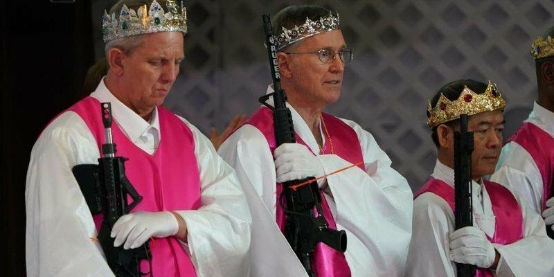 Шокирующая Америка: верующие пришли в храм с винтовками AR-15