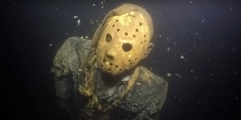 Статуя Джейсона Вурхиза на дне озера