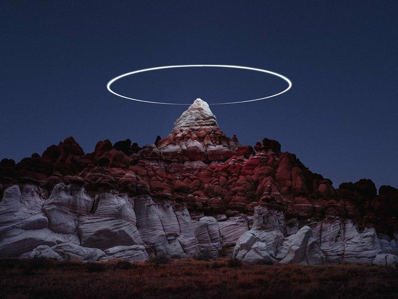 Световые пути дронов над горными ландшафтами в фотографиях на длинной выдержке