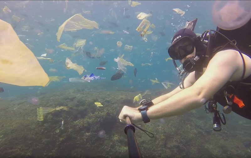 Дайвер запечатлел на видео, как плавают сквозь слои мусора на Бали