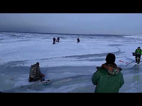 Рыбаки убегают от волны,которая ломает лед