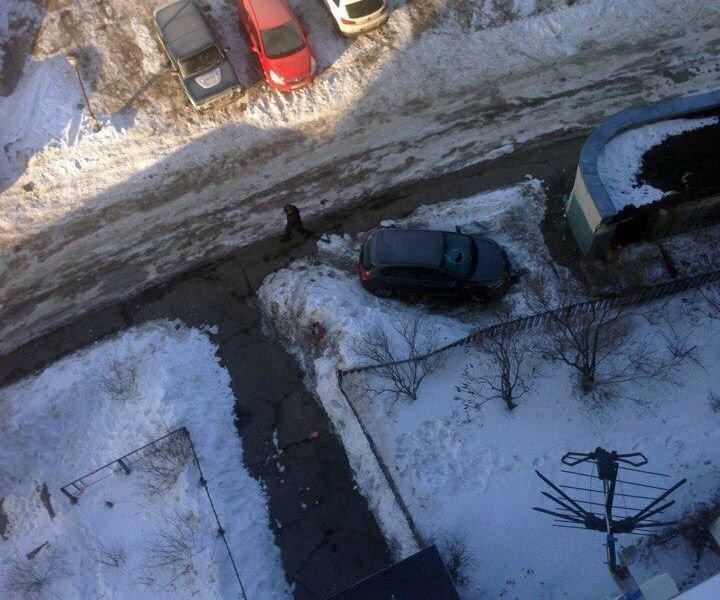 Кирпичом в лобовое: в Ульяновске припарковали машину на тротуаре под окнами многоэтажки