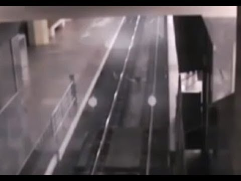 Поезд-призрак засняла видеокамера на станции железнодорожного вокзала в китай...