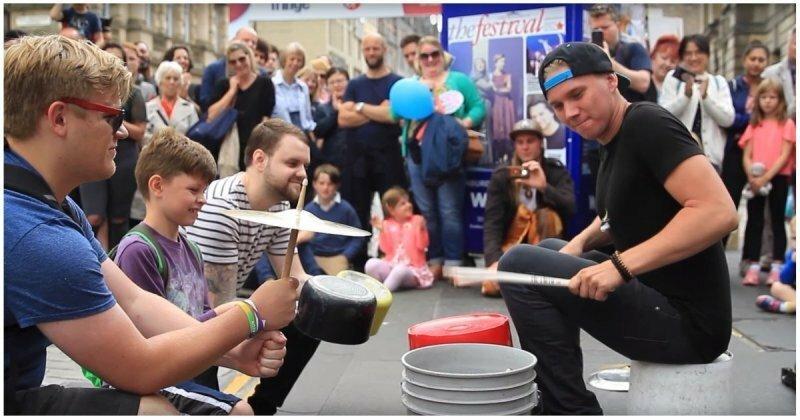 Талантливый уличный барабанщик развлекает прохожих