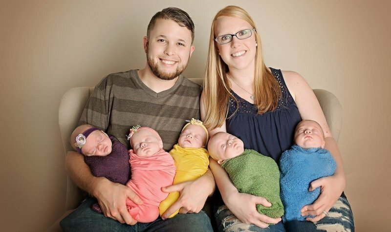 У пары родились сразу пять детей. Теперь их жизнь бесконечный конвейер для младенцев